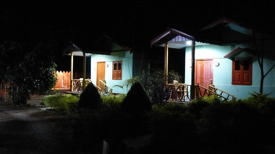 Florican Cottages: Cottages by night