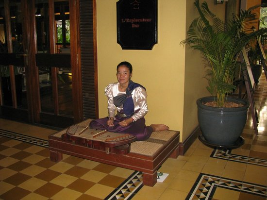 Victoria Angkor Resort & Spa: Playing beautiful music during the evening hours