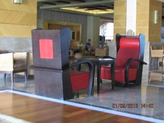 Royal Dragon Hotel : кресла в холле отеля