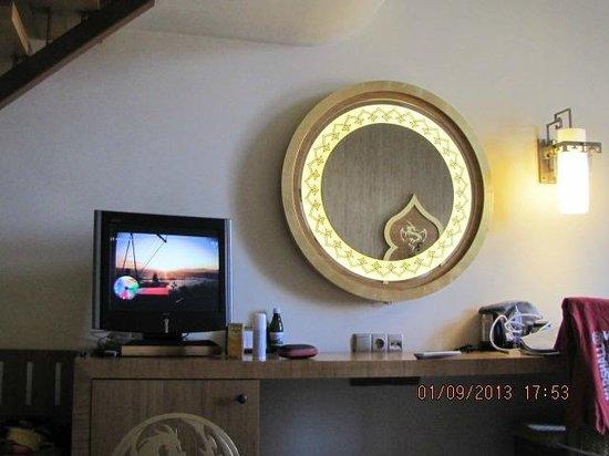 Royal Dragon Hotel : зеркало с подсветкой (в номере)