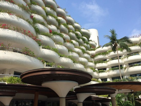 Shangri-La Hotel, Singapore : Garden Wing- view from pool