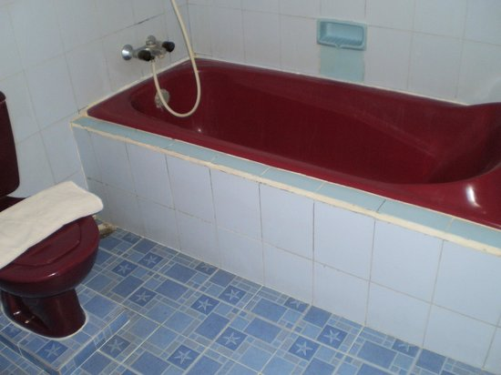 Swastika Bungalows: Quirky red bath & loo...all clean and functioning :)