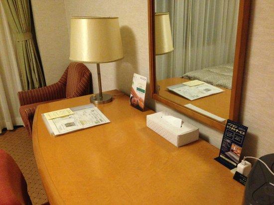 Hotel Okura Niigata: ふつうの広さの机