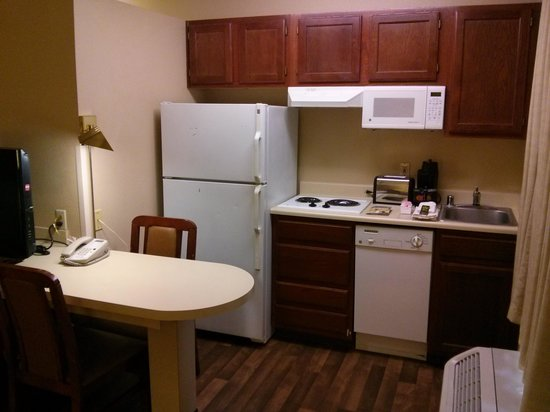 Crossland Phoenix - Metro - Black Canyon Highway: Kitchenette and Small Work / Dining Space