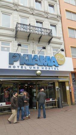 Pyjama Park Hotel und Hostel : Front of hotel