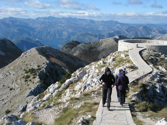Njegos Mausoleum: Path to the viewing platform - very windy