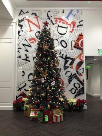 Hampton Inn Washington, D.C./White House: Xmas tree in the foyer