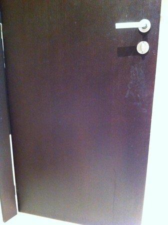 NH Puerto de Sagunto: bathroom door