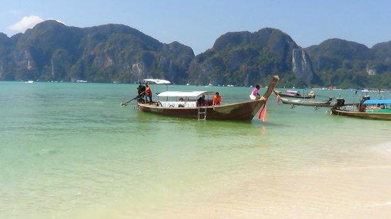 Arayaburi Resort - Phi Phi Island : Вид с пляжа отеля