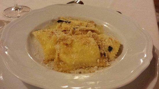 Tenuta Agricola Dell'Uccellina : I tortelli burro e salvia con la granella nocciola