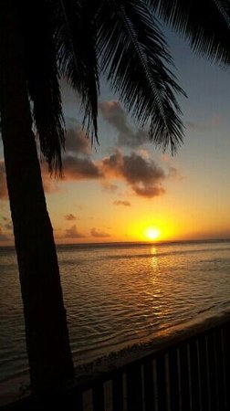 Moana Sands Beachfront Hotel : one of many beautiful sunsets on the shores of moana sands