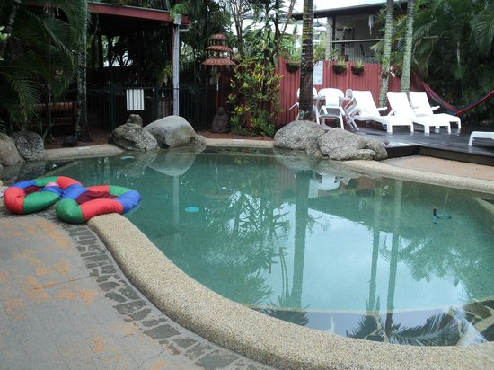 Travellers Oasis Backpackers: Pool area