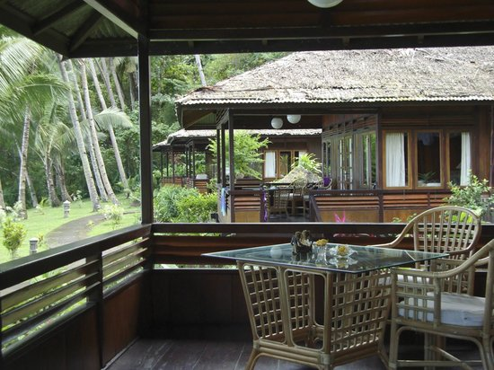 Kungkungan Bay Resort: Covered front porch in front of oceanfront villa