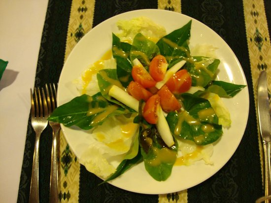 Kungkungan Bay Resort: Green salad with local leaves, cucumber, onions and tomatoes topped with honey-mustard dressing