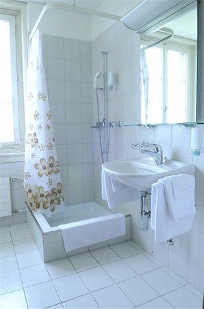 Schlosshotel Romanshorn: Dusche und Toilette in je Zimmer