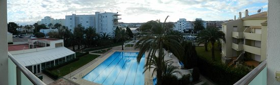 Hotel Villa Naranjos : Vista de la piscina y playa al fondo