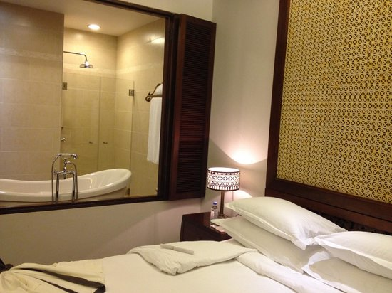 Anantara Angkor Resort: Multiple bath options