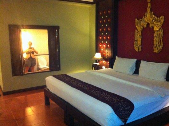 Kata Palm Resort & Spa: Bathroom overlooking bed