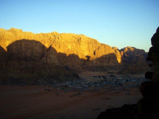 Sunrise Camp: levé du soleil sur le Jebel Rum 1754m