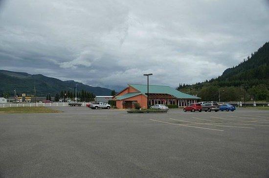 Seasons Motel: Parkplatz und mexikanisches Restaurant gegenüber