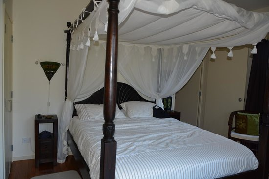 Avalon Resort: Emerald Room - Four Poster Bed