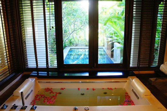 Royal Muang Samui Villas: bathroom and private pool