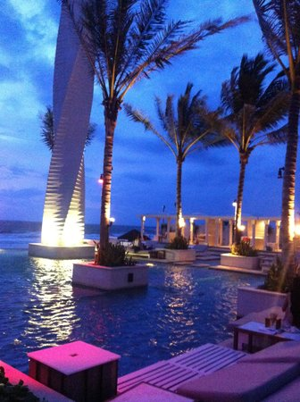 Lv8 Resort Hotel: Vue Beach Club at night