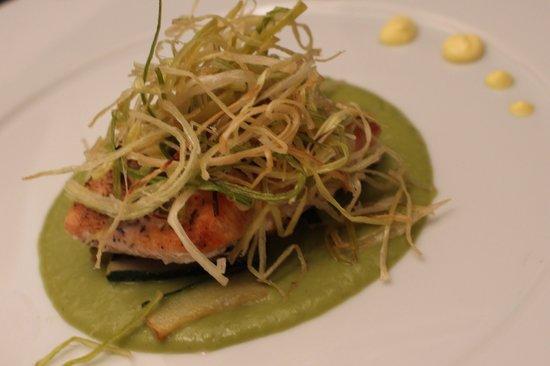 Wood Restaurant: Trancetto di salmone, crema di piselli e porri croccanti