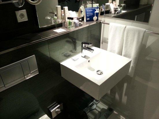 H10 Berlin Ku'damm: Ванная комната, много лосьонов и средств гигиены