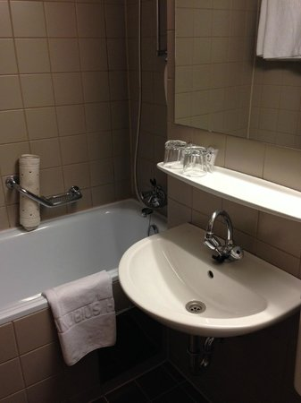 Hotel Hungaria City Center: Bagno con vasca