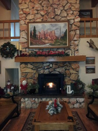 Bryce Canyon Pines: lobby and breakfast hall