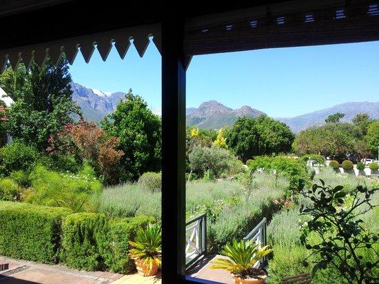 Residence Klein Oliphants Hoek: uitzicht vanaf veranda op achtertuin