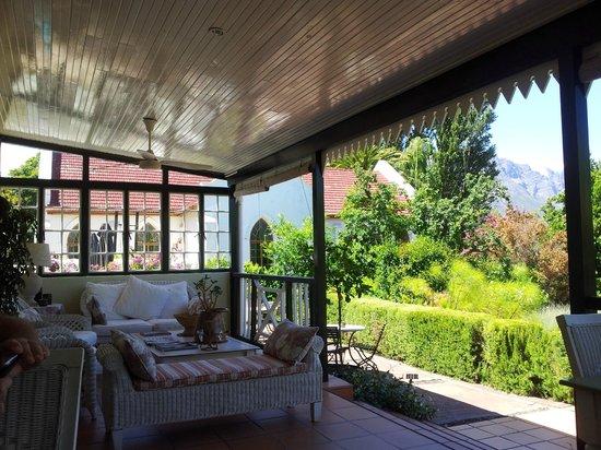 Residence Klein Oliphants Hoek: de veranda waar je kunt ontbijten en borrelen