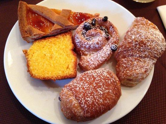 Rizzi Aquacharme Hotel & Spa: Colazione.. Dolci misti.. Crostata, ciambellone, mini croissant: crema e uvetta, saccottino al c