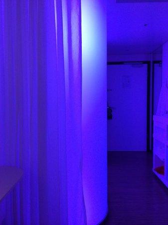 citizenM London Bankside: Mood lights in shower