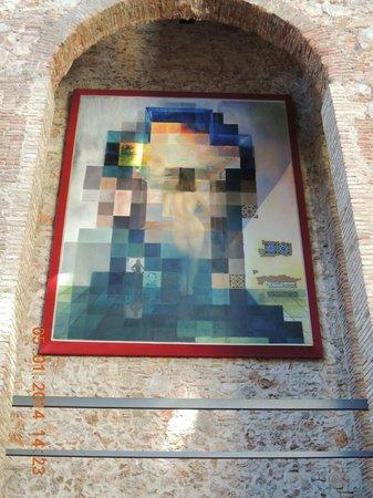 Dali Theatre-Museum: Яркое подтверждение увлечения Дали оптическим эффектом. Через фото мы видим портрет А.Линкольна.