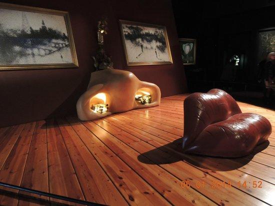 Dali Theatre-Museum: Инсталляция в зале Мэй Уэст