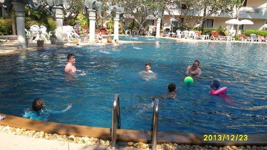 Golden Beach Resort : Family reunion in the wet