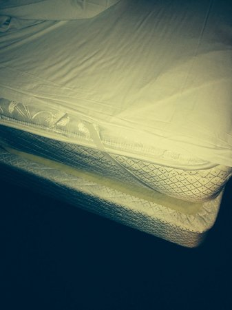 Panorama Mountain Resort: The sheets do not make it to the bottom of the bed. Not very sanitary.