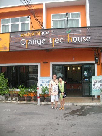 Orange Tree House : bergaya di depan hotel