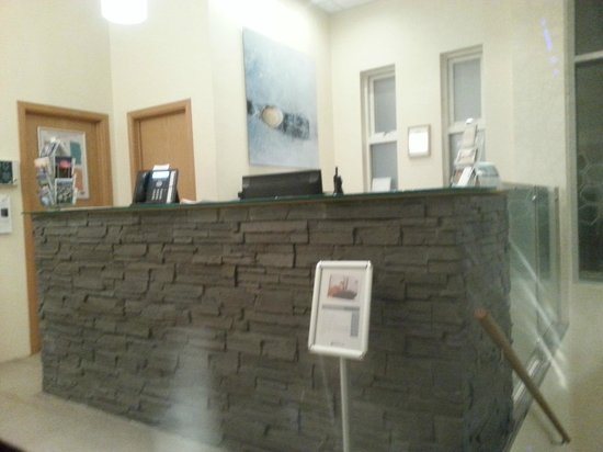 Hotel Klettur: Reception Desk - there are a few leather seats here