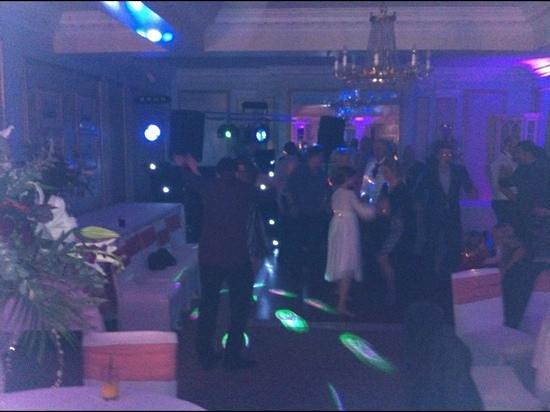 Mercure Farnham Bush Hotel: dance floor in evening