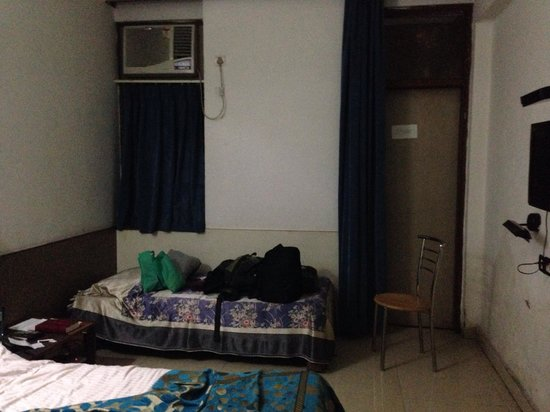 YMCA Tourist Hostel: As you see there is full of mould on the wall... They don't clean and the sheets are horrible!