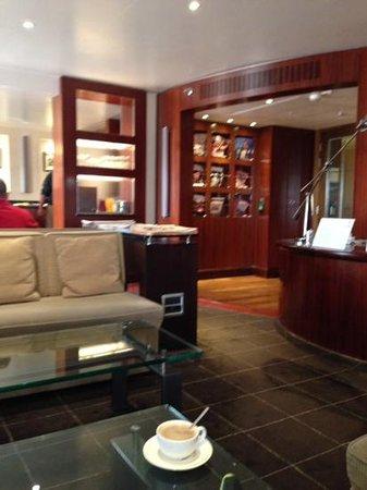 Sheraton Skyline Hotel London Heathrow: premium lounge