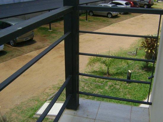 Brisas del Lago Apartamentos: otra baranda del balcon que también falta
