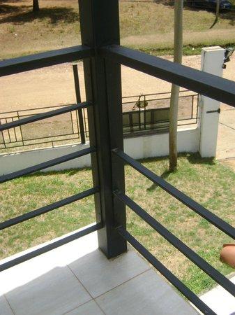 Brisas del Lago Apartamentos: al balcon le faltan partes de la reja!