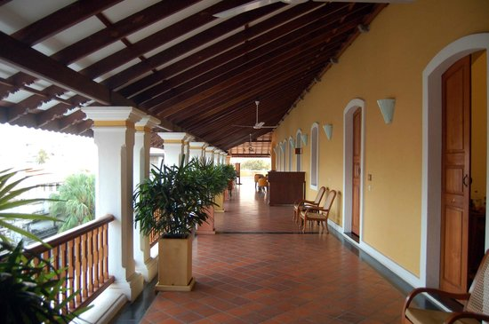 Palais de Mahe : The wide verandahs arevideal for relaxing and reading