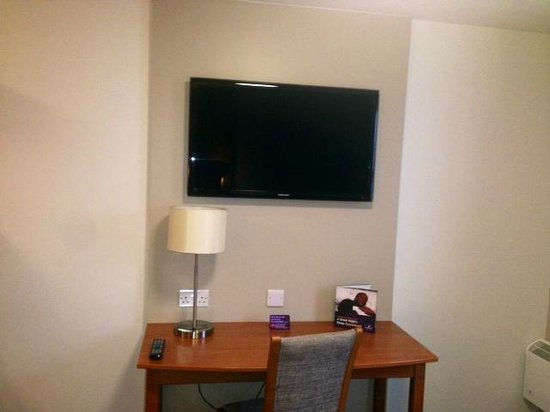 Premier Inn Sheffield/Barnsley (M1 Jct36) Hotel: Large TV and Desk Space