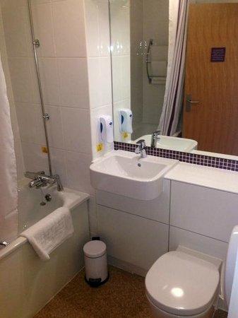 Premier Inn Sheffield/Barnsley (M1 Jct36) Hotel: Modern Bathroom