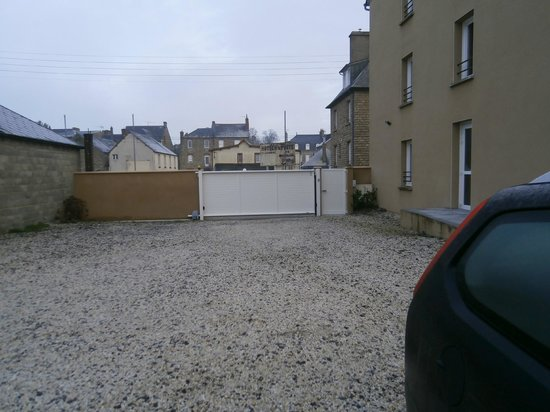 Hotel Ariane: Private lighted electrical opening gate parking
